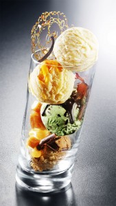 Verre avec ses boule de glace aux parfums : menthe, vanille, mangue