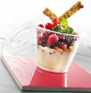 Dessert au yaourt avec ses fruits rouges et ses céréales