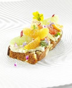 Tartine de crème de mascarpone avec des fruits