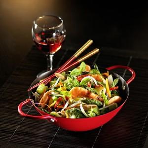 Un wok avec ses crevettes et ses légumes